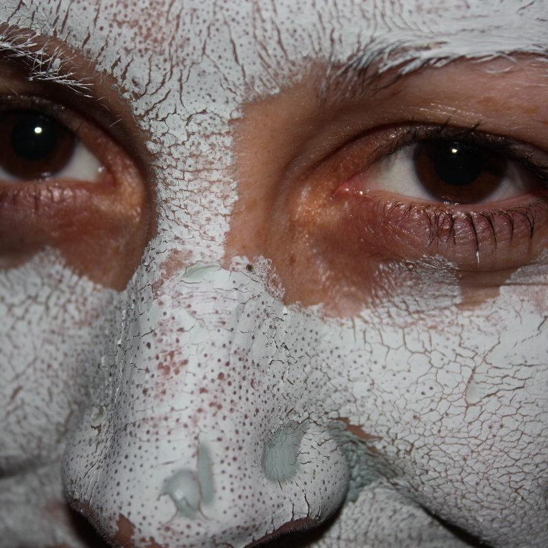 Jak nakładać maseczkę na twarz? Już nigdy nie zrobisz tego źle!