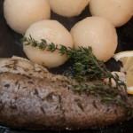 Pstrąg pieczony z ziołami i masłem czosnkowym – przepis na zdrowe danie